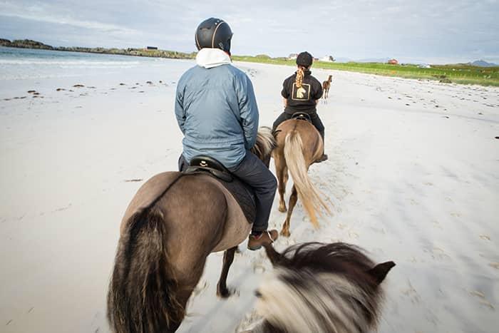 Playa de la Hov. Selv om jeg bor i Henningsvær, bare tre mil unna, synes jeg det er eksotisk å ri på hvite sandstrender på Gimsøya.