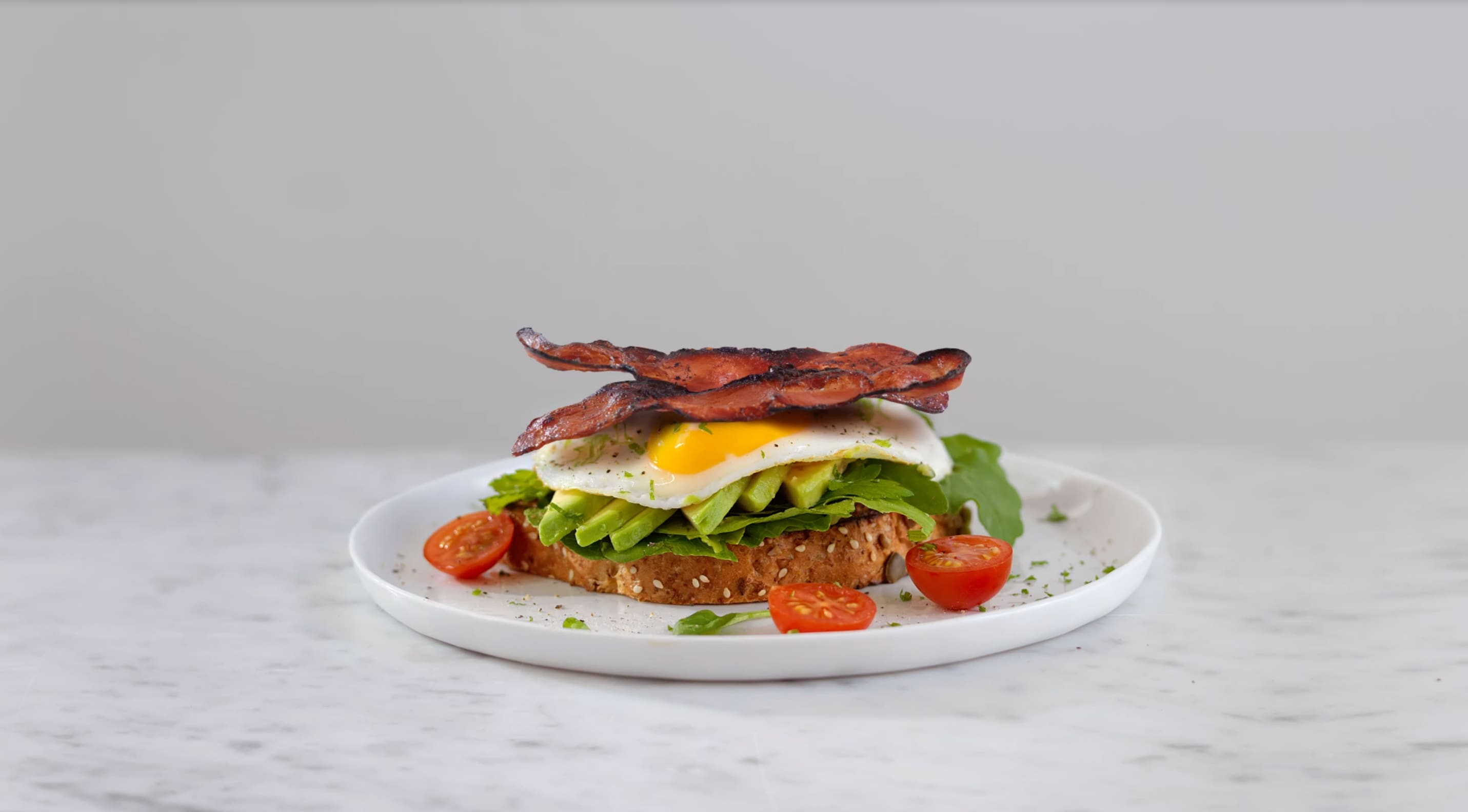 Lag en deilig frokostblings med egg, Prior Kyllingbacon, avokado og salat. @Prior