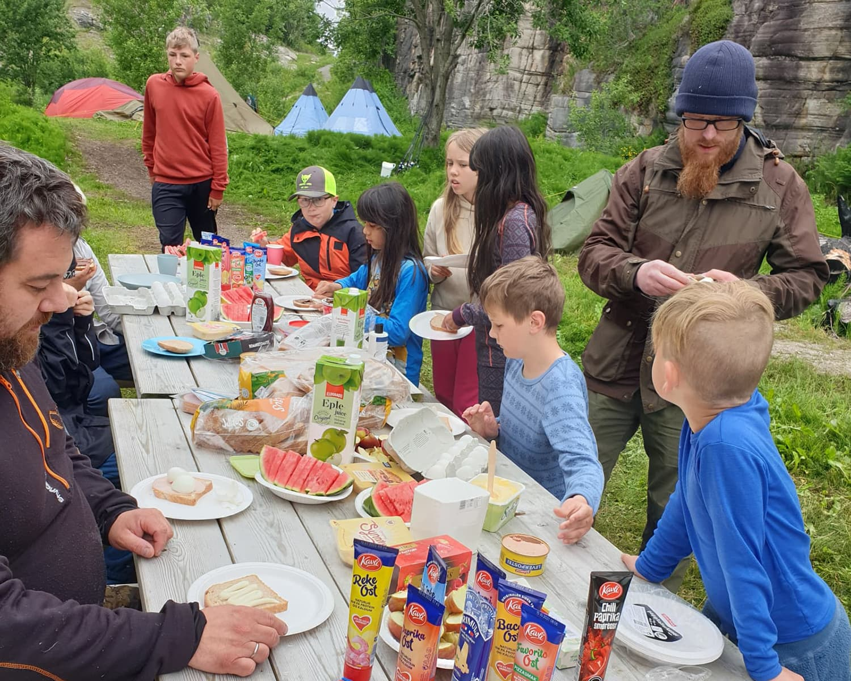 Øygarden speidergruppe spiser lunsj.