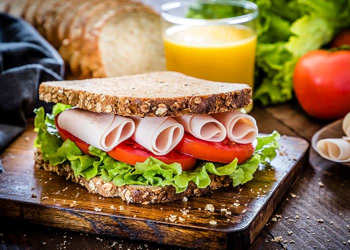 Grovt brød med proteinrikt kjøttpålegg er et godt alternativ før trening.