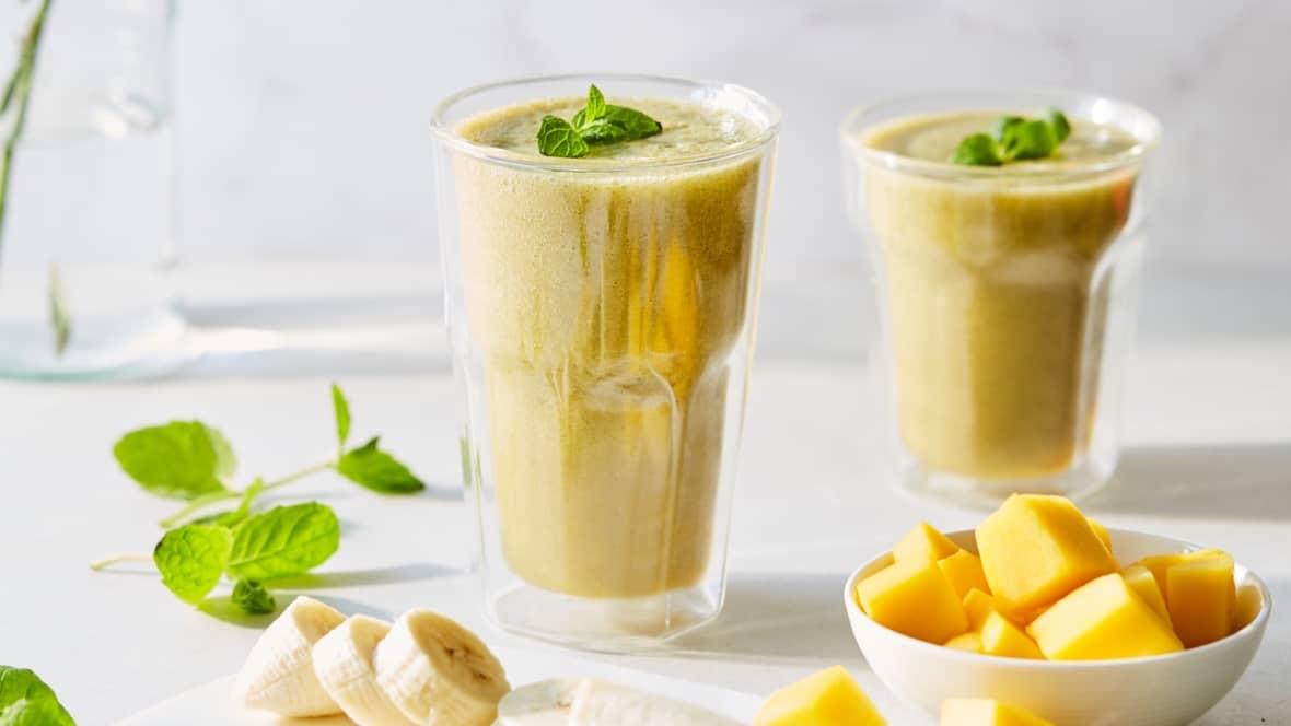 Hva med en smoothie med banan, mango og mynte i sommervarmen?