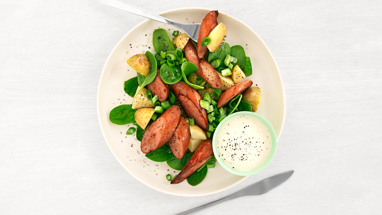 Spinatsalat med pølser og poteter