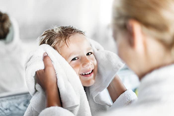 Både barn og voksne med tørr hud bør begrense lange, varme bad om vinteren. Tørk også huden skånsomt ved å klappe med håndkleet, ikke gni deg tørr.