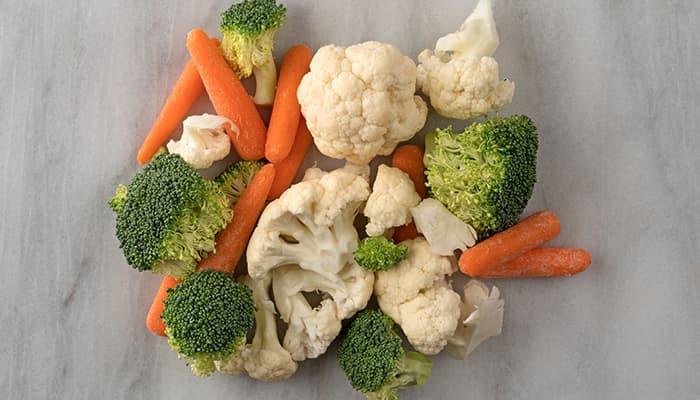 Grønnsaker som brokkoli, gulrot og blomkål kan fint fryses. Ender du ofte opp med for mye grønnsaksrester, kan det være en idé å kjøpe fryste grønnsaker og bare ta opp det du trenger i stedet?