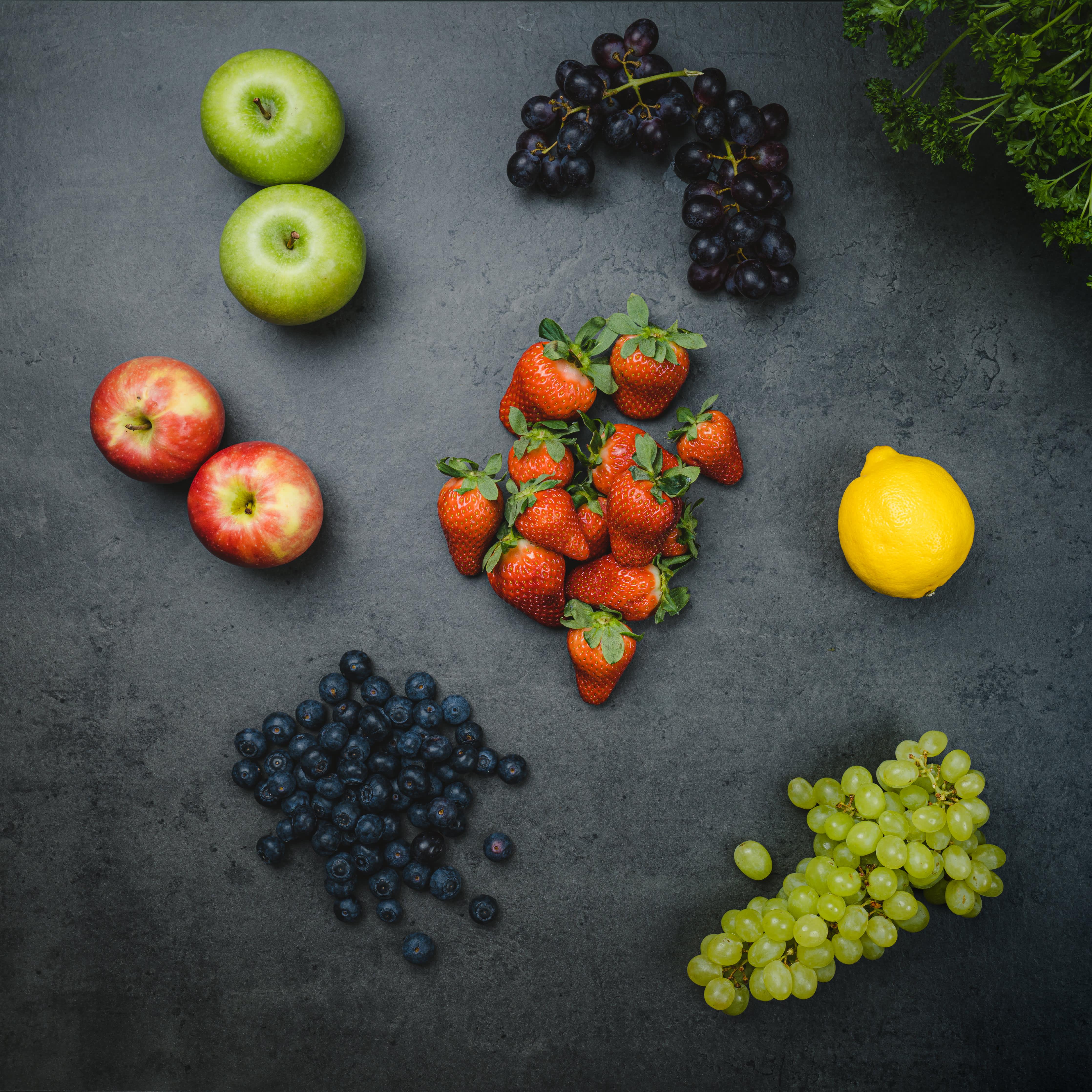 Frukt og bær i regnbuens farg.