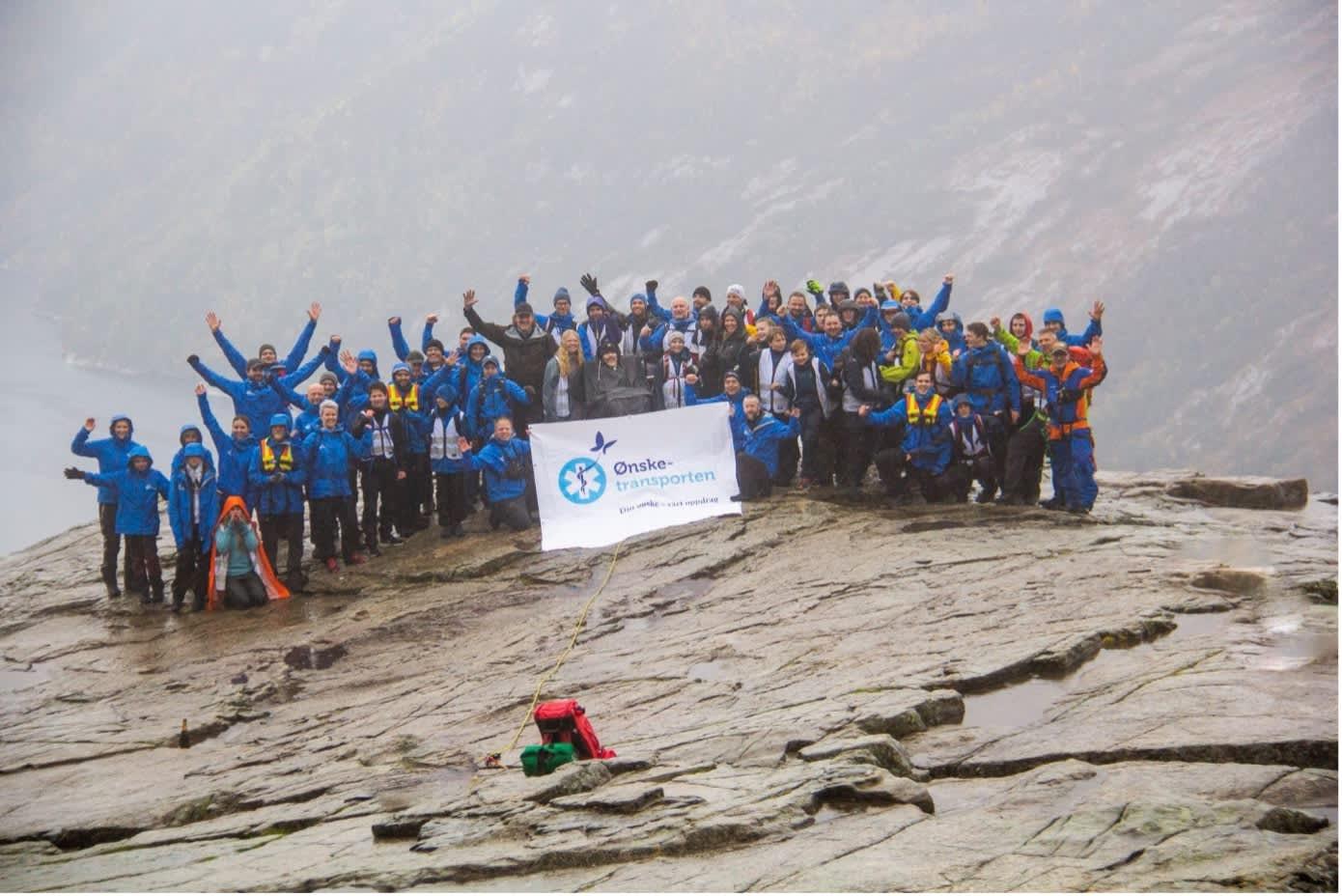 70 frivillige sammen med Bjørn på toppen av Preikestolen. Foto: Elise Åkesson.