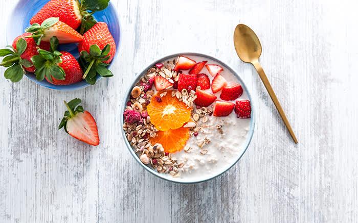 Det vil si at kombinasjonen av en fiberrik frokostblanding, mager/syrnet melk eller yoghurt naturell, litt frukt eller bær og noen usaltede nøtter er helt optimal.