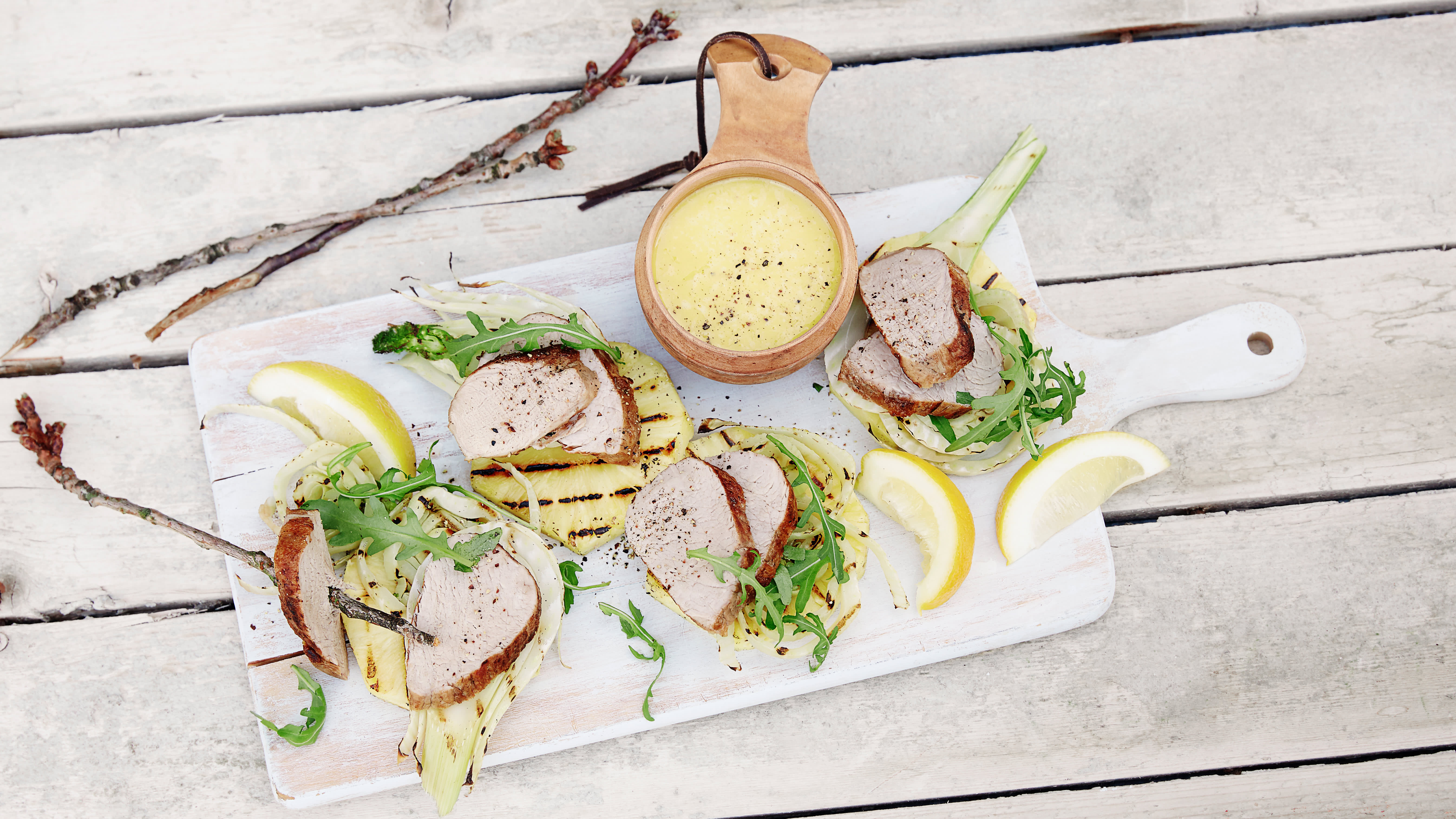 Prøv grillet svinefilet med coleslaw i stedet for ananas og fennikel.