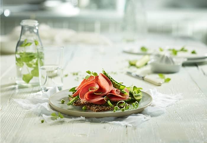 """I tillegg til salami-klassikerne, har Grilstad den nye serien """"Lev litt lettere"""", der salamien inneholder 70 % mindre fett og 60 % mindre fett enn annen salami."""