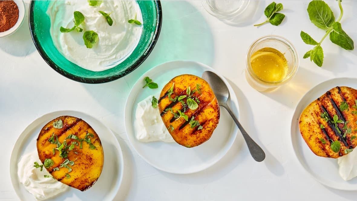 Grillet mango med honning og yoghurt er en sunn og supergod dessert som passer glimrende etter en grillmiddag.