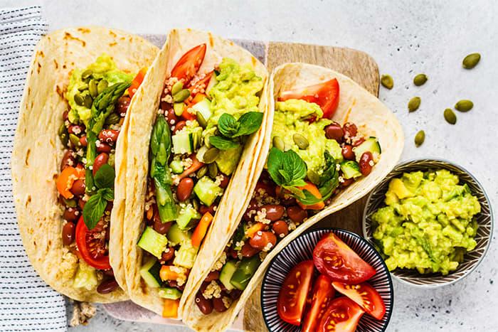 Bytt ut rødt kjøtt med hvitt kjøtt, fisk, bønner eller kikerter og eksperimenterer med litt flere smakfulle grønnsaker og topping.