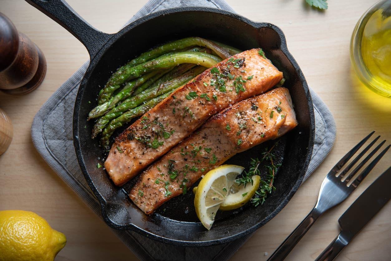 Pannestekt laks smaker kjempegodt med sitron, friske urter og asparges.