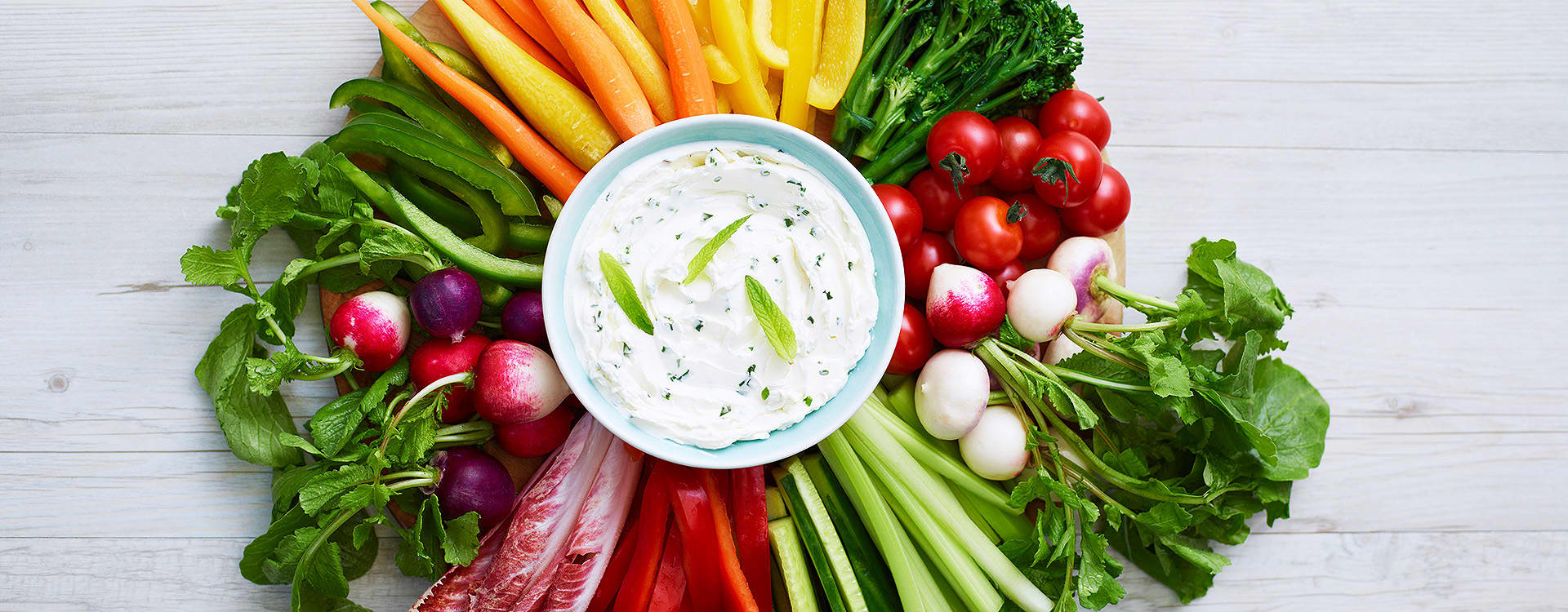 Philadelphia-dip med deilige grønnsaker: Blant 200 gram Philadelphia med 3 ss yoghurt naturell.
