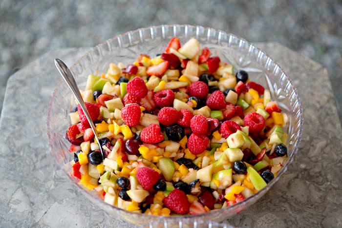 Fruktsalat er en utrolig god dessert som passer godt både til hverdags og fest.
