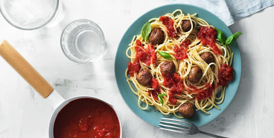 Slik lager du spagetti med kjøttboller og tomatsaus