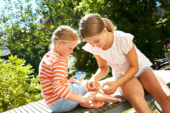 Barn setter på Salvequik plaster