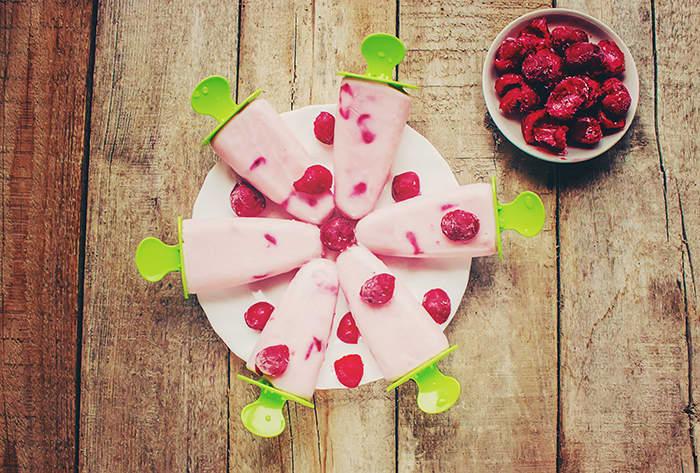 Du kan enkelt lage sunn is av yoghurt, enten ved å bruke isformer, eller ved å stikke en ispinne direkte inn i et porsjonsbeger med yoghurt før du legger det i fryseren.