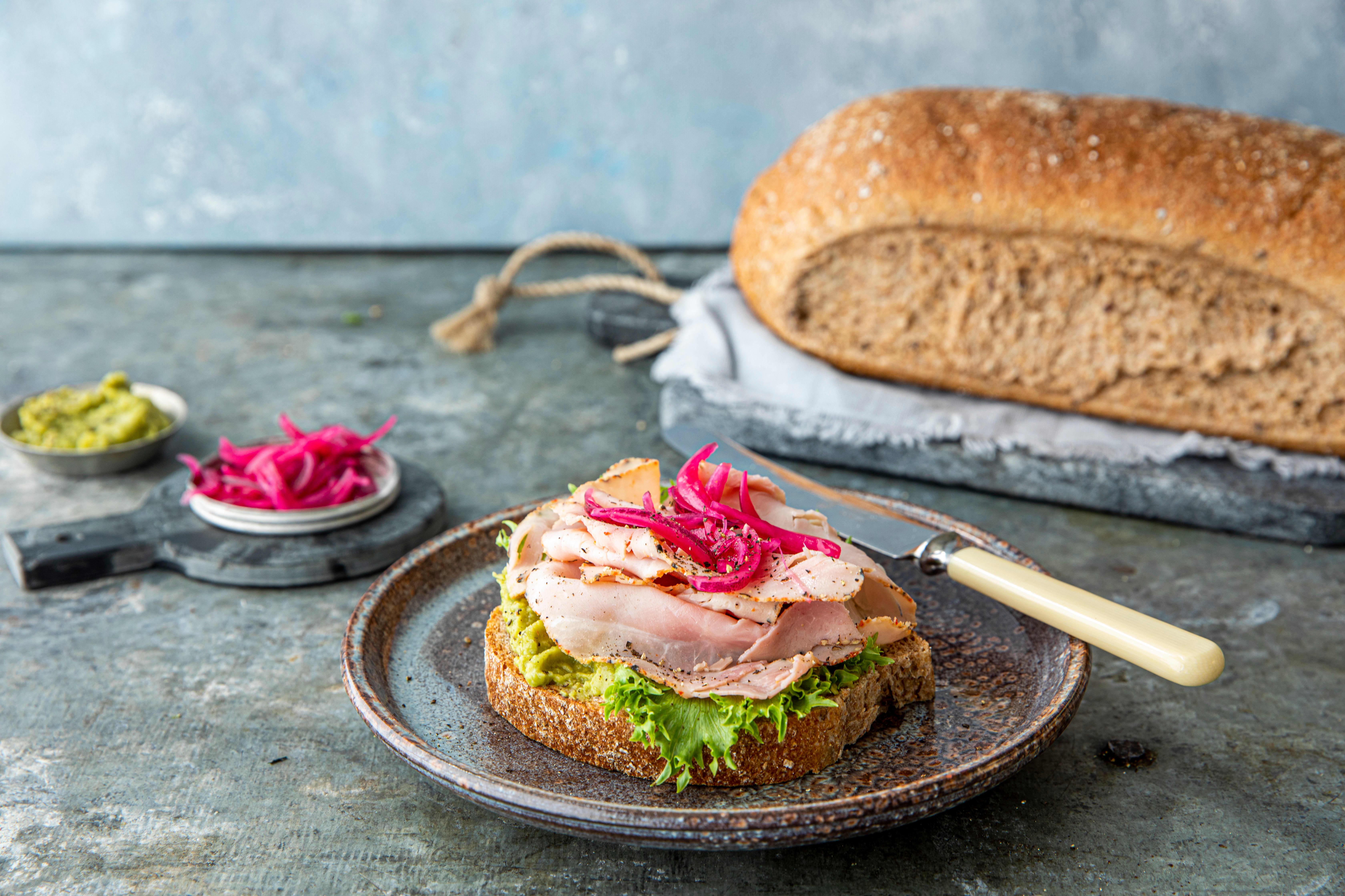 Våre groveste Grovbrød med skinke, guacamole og syltet rødløk. Foto: Sara Johannessen