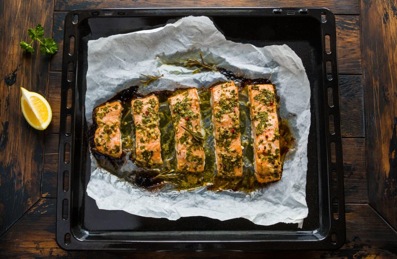 Å bake fisk i ovn er både enkelt, kjempegodt og tidsbesparende.