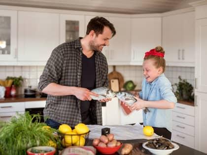 Enkle middager barna kan være med på å lage