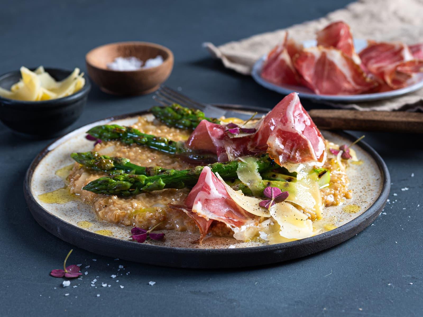 Havreotto med grillet asparges og spekeskinke