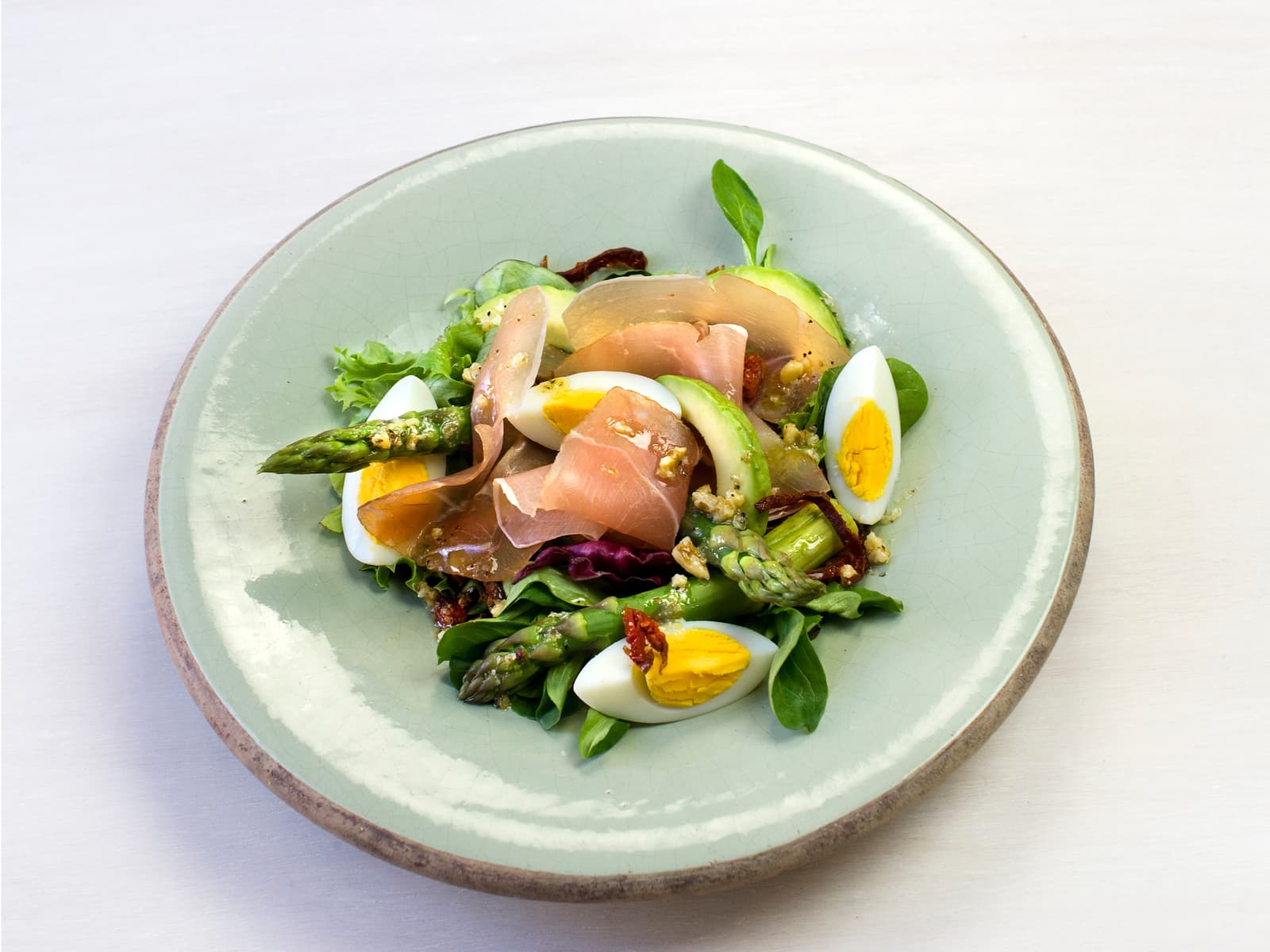 Lun salat med asparges, egg og serranoskinke