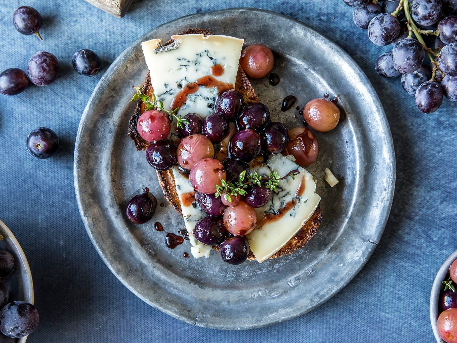 Bruschetta med gorgonzola og druer