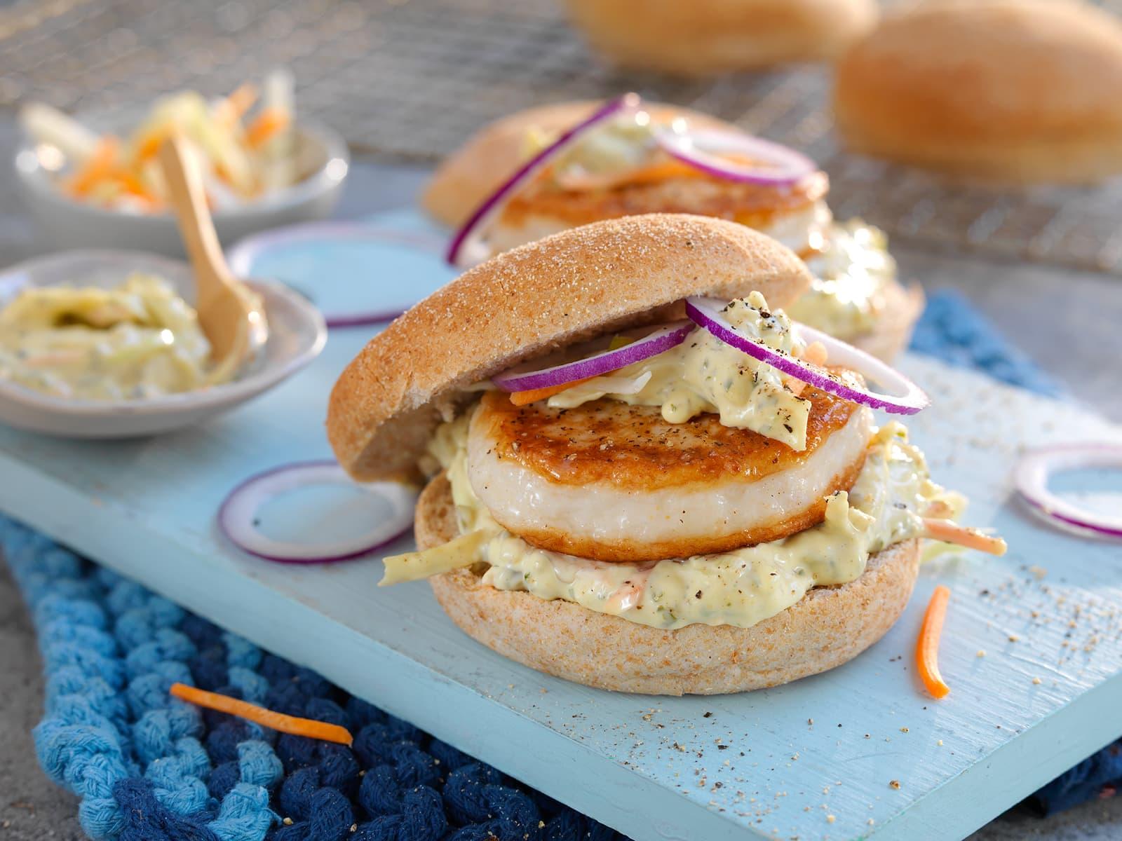 Fiskeburger med enkel coleslaw