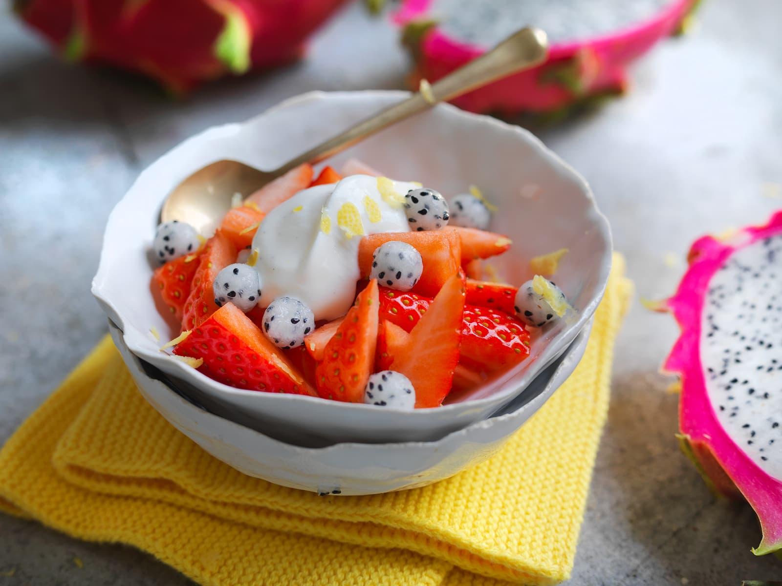 Marinerte jordbær med pitahaya, sitron og vaniljekesam