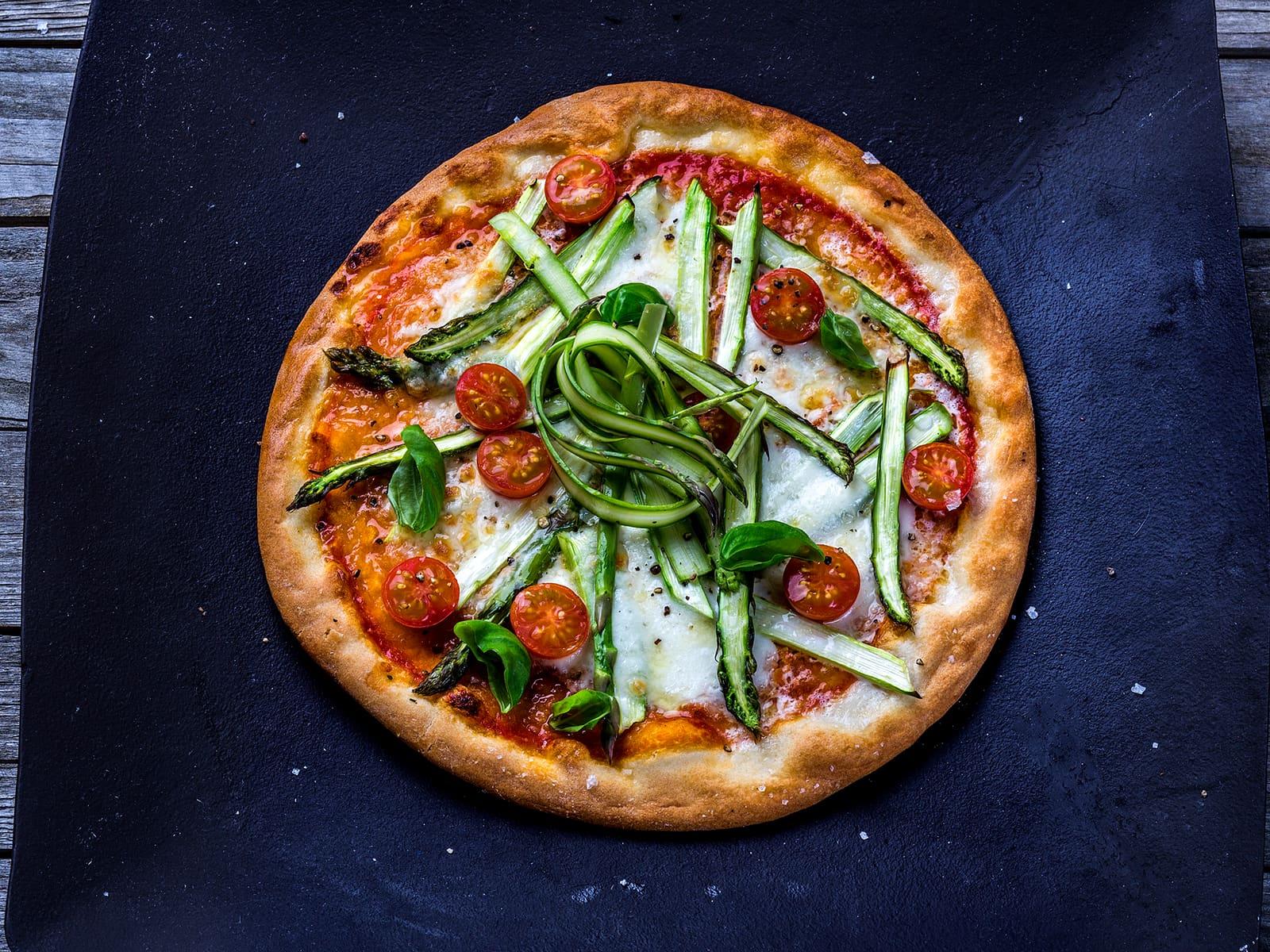 Pizza med asparges og tomat