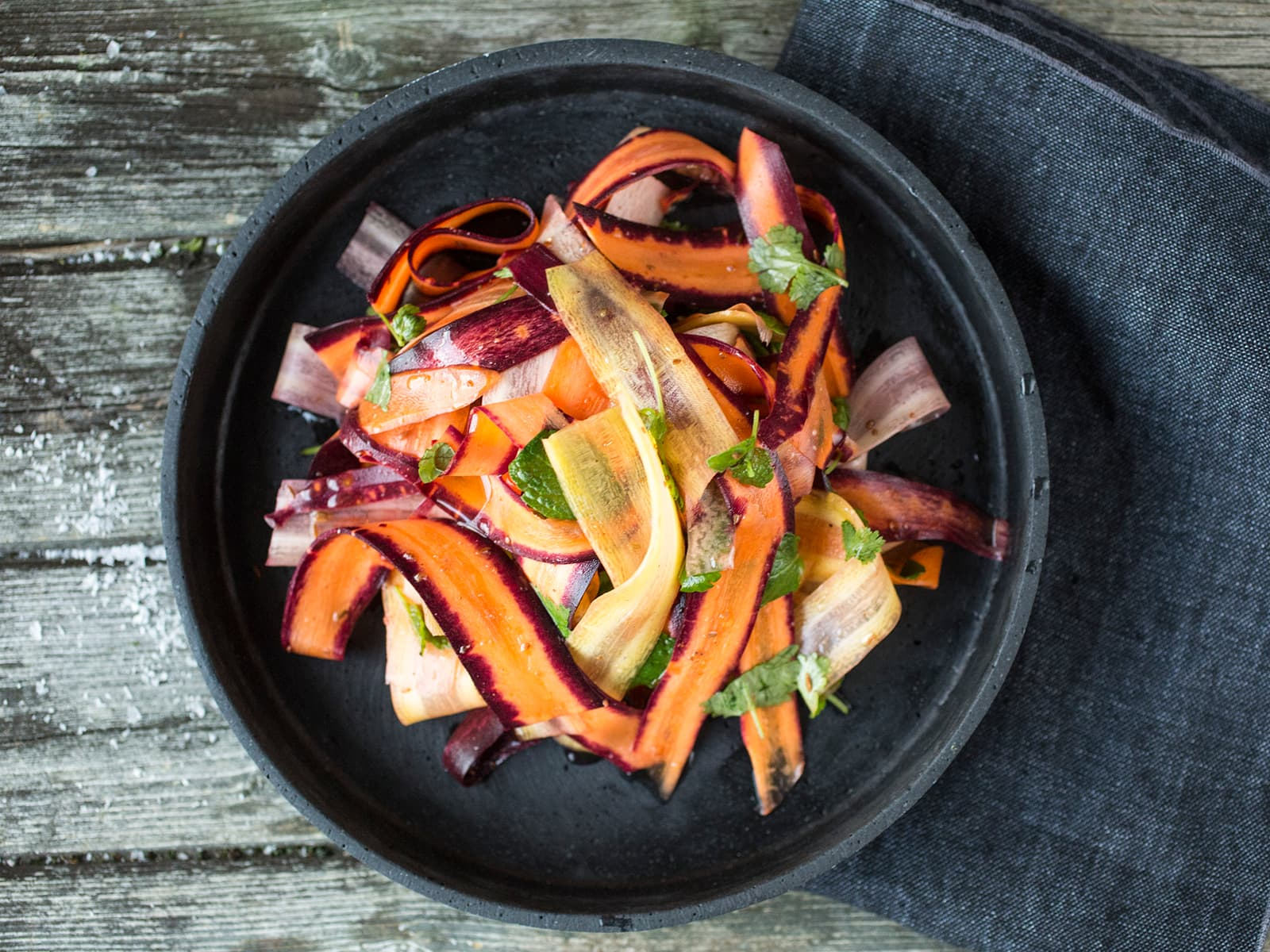 Frisk gulrotsalat med krydder og urter