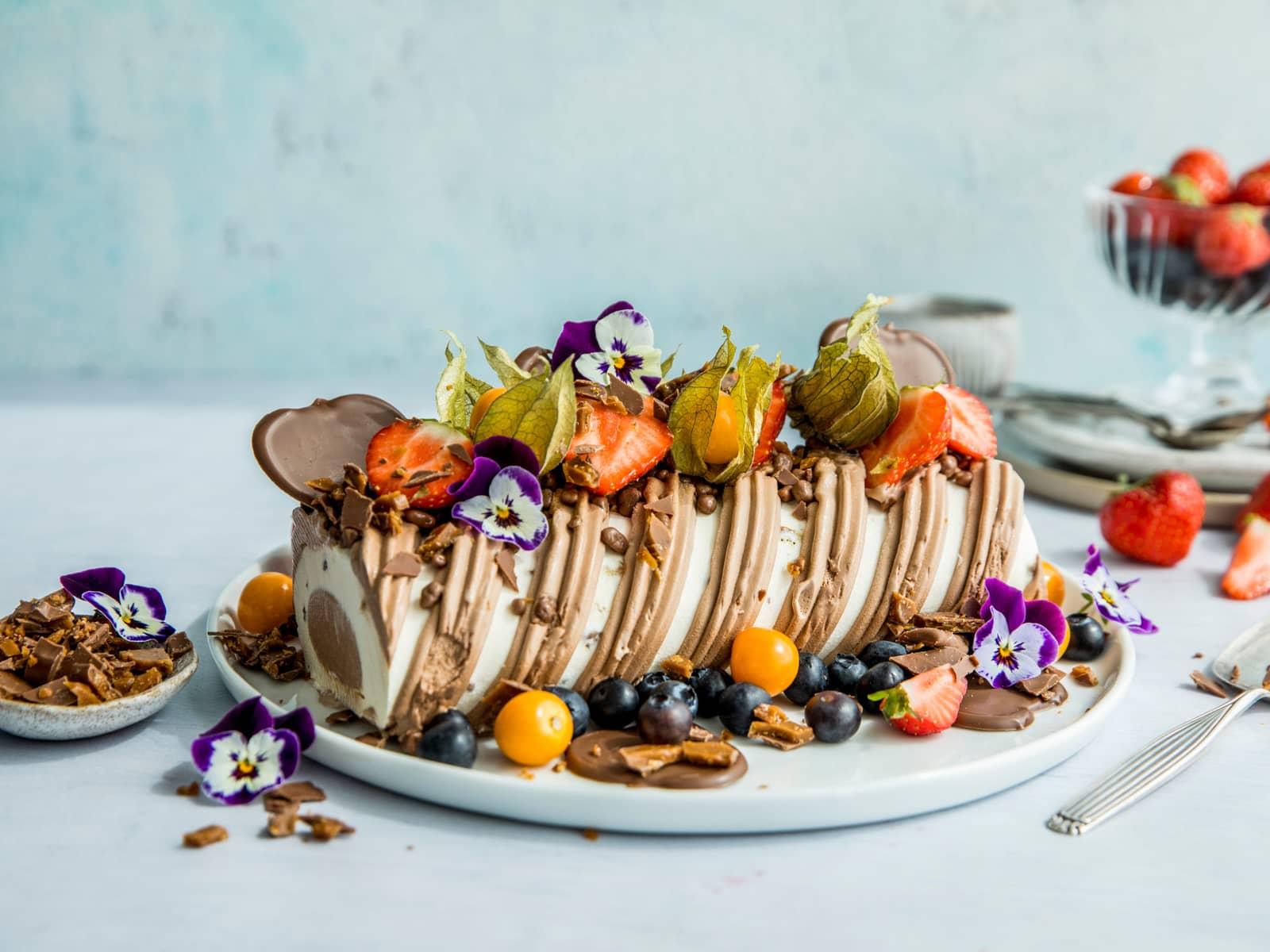 Enkel iskake med sjokolade og bær