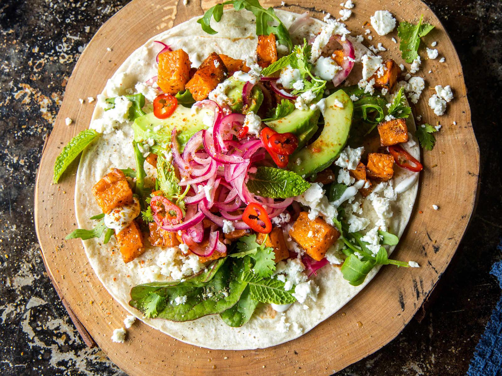 Taco med søtpotet, avokado og syltet rødløk
