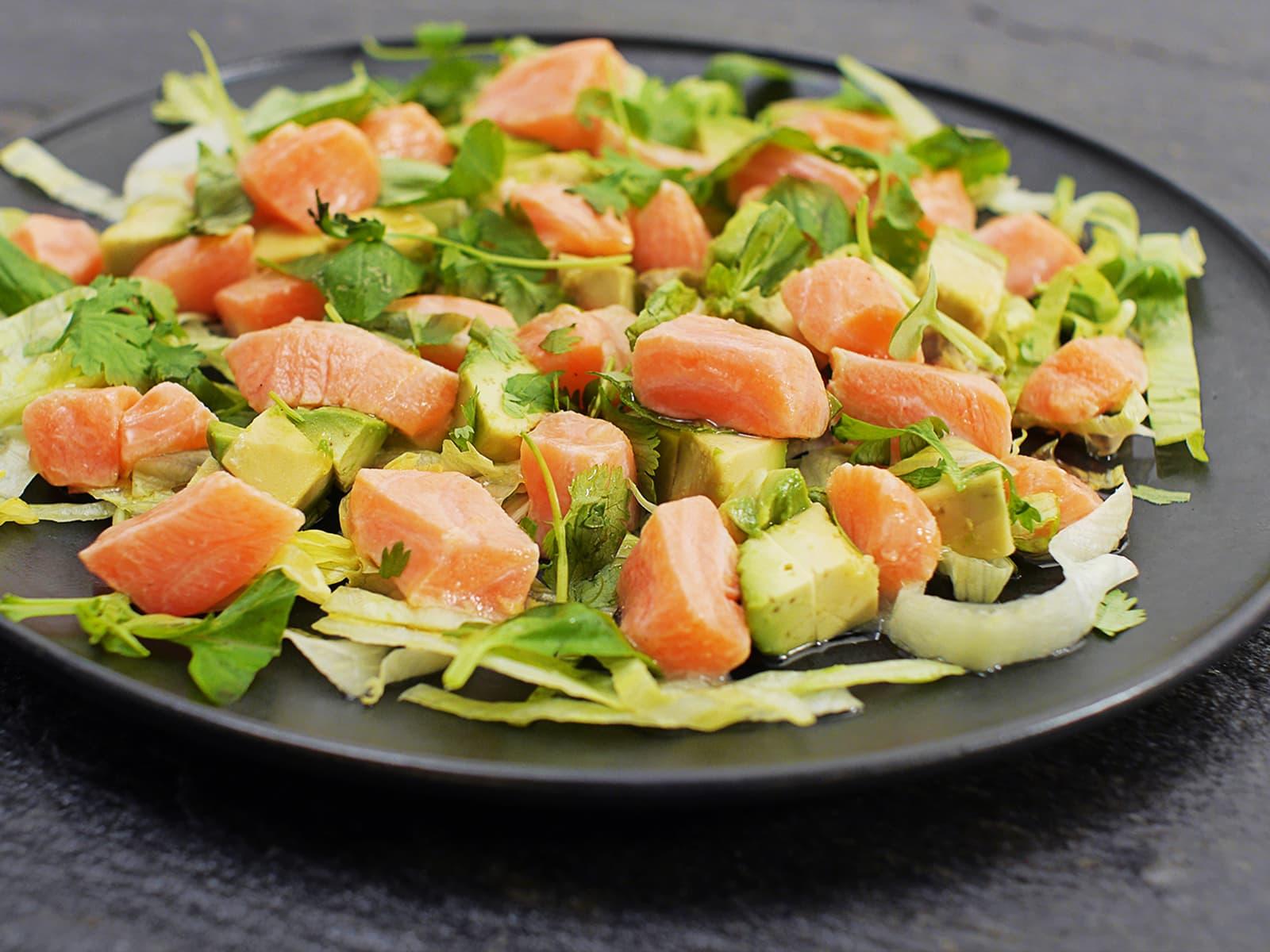 Syrlig ceviche av laks med avokado