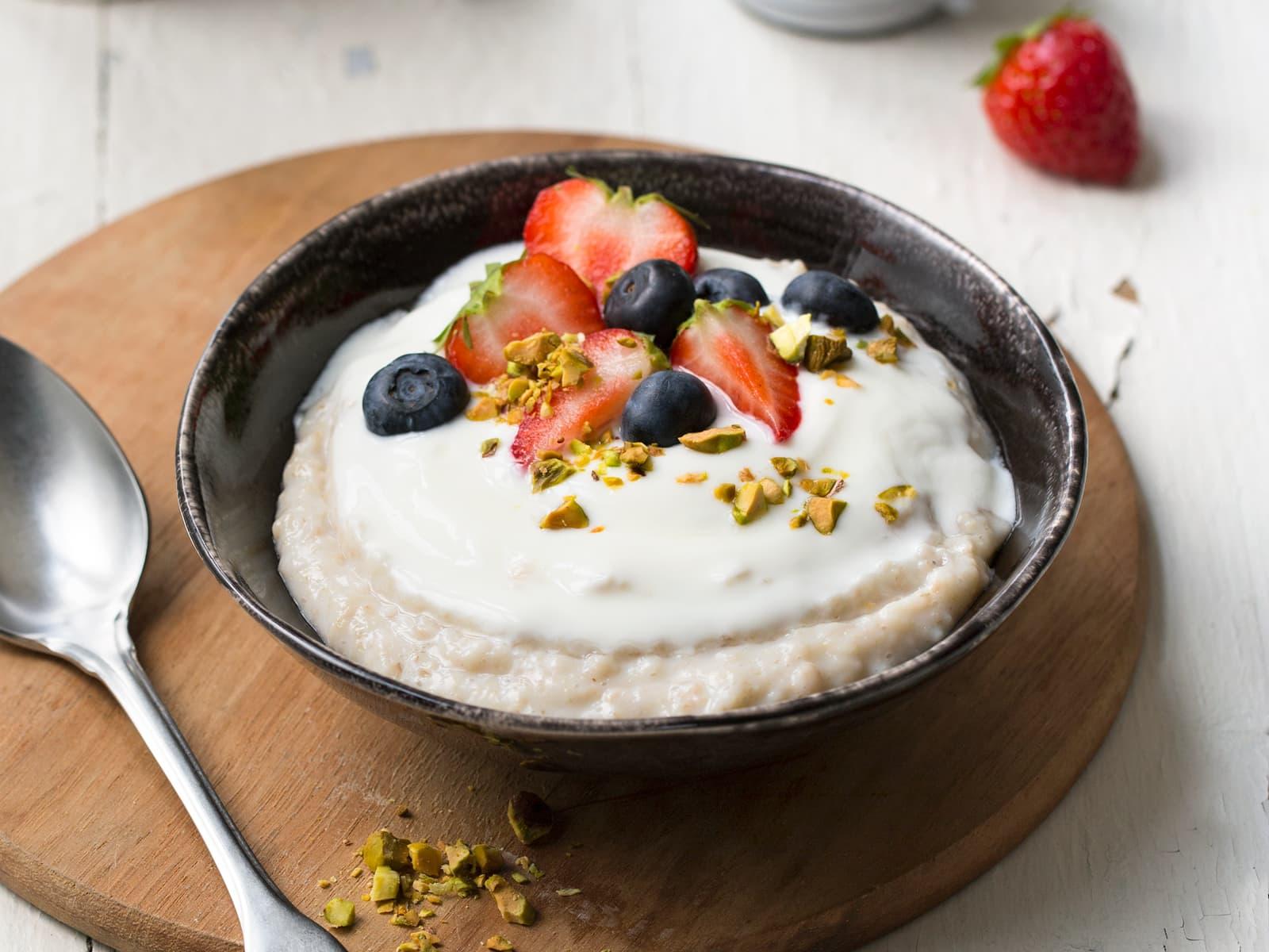 Havregrøt med yoghurt, friske bær og pistasjnøtter