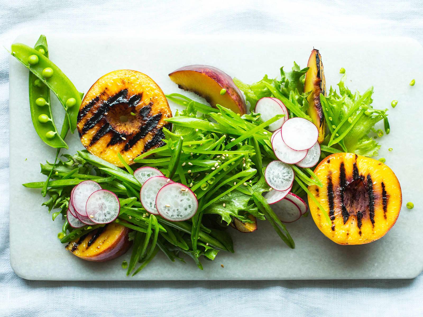 Grillede nektariner med sukkererter og sesam