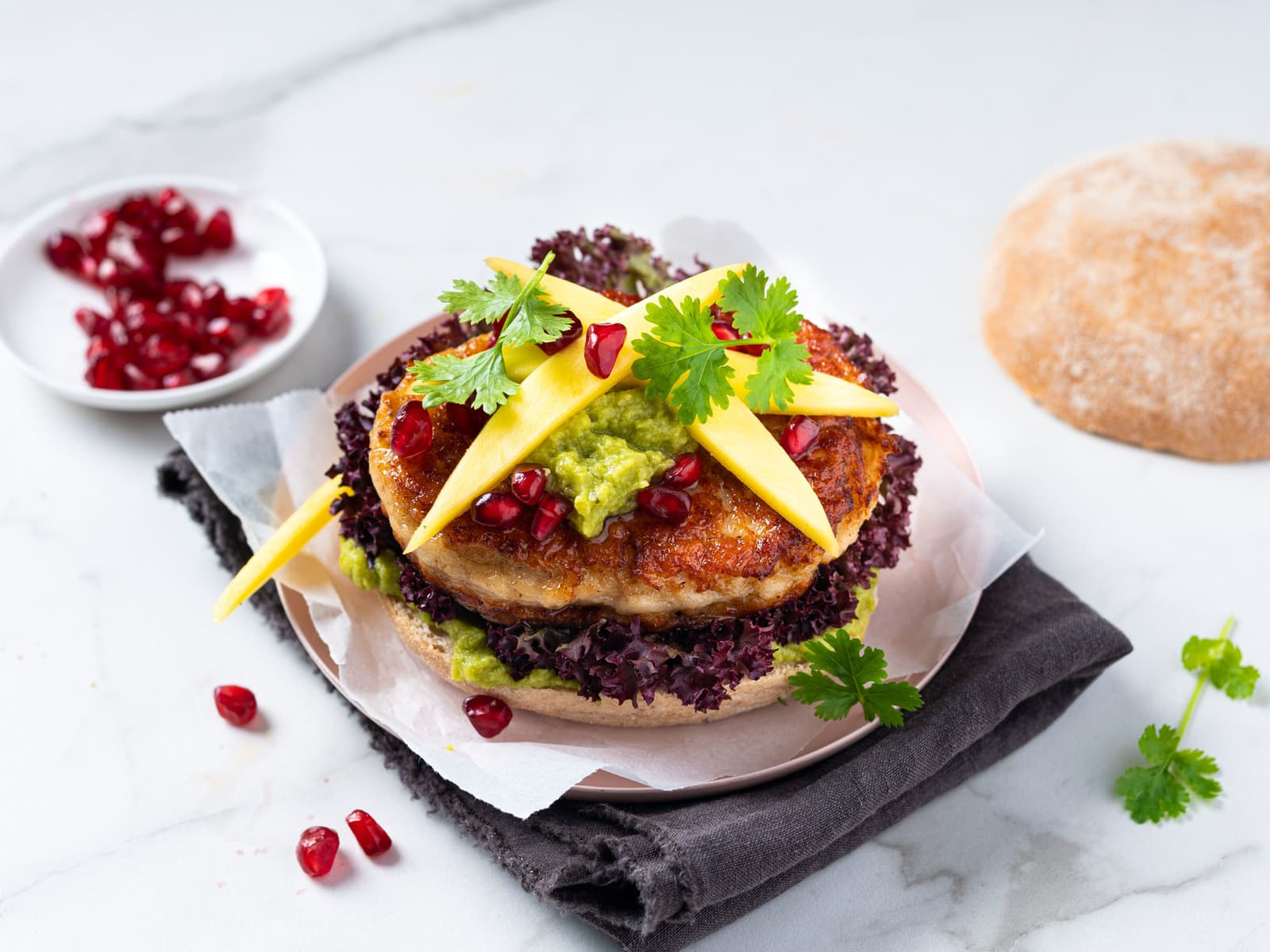 Fiskeburger med guacamole og mango