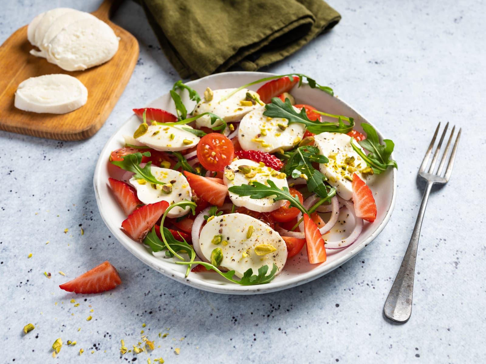 Mozzarellasalat med jordbær og nøtter