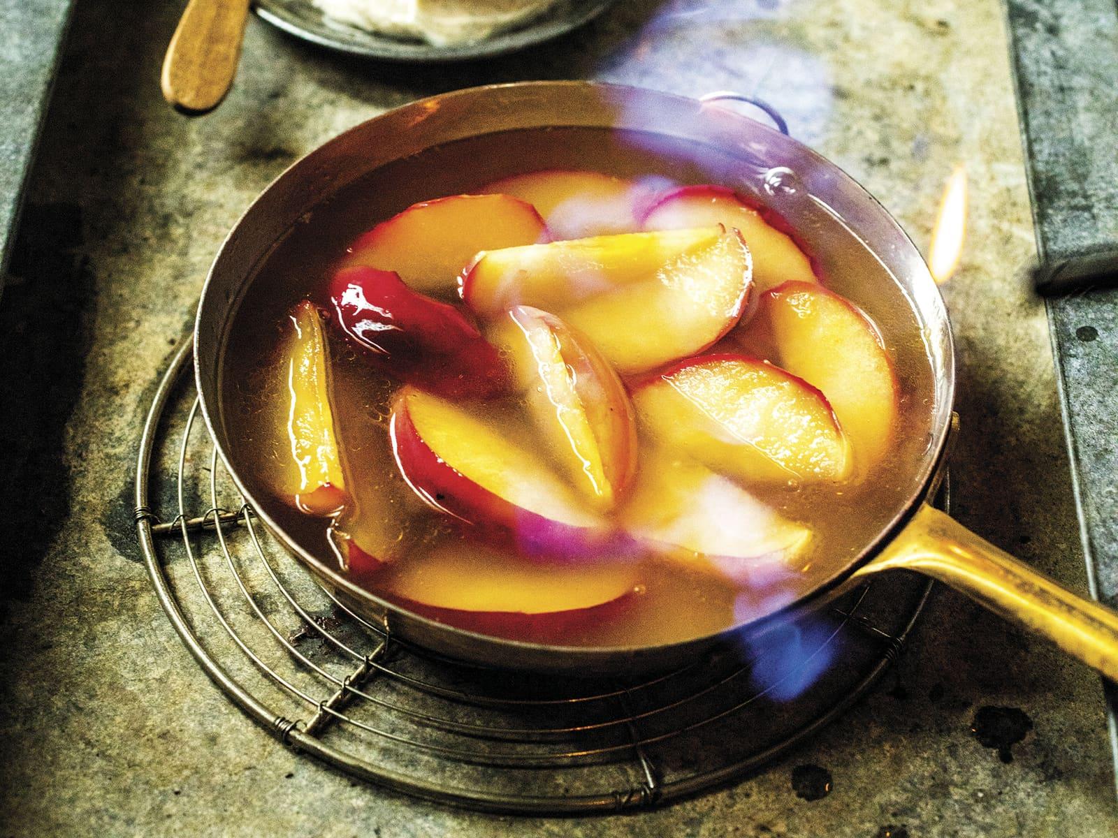Flamberte epler med vaniljemascarpone