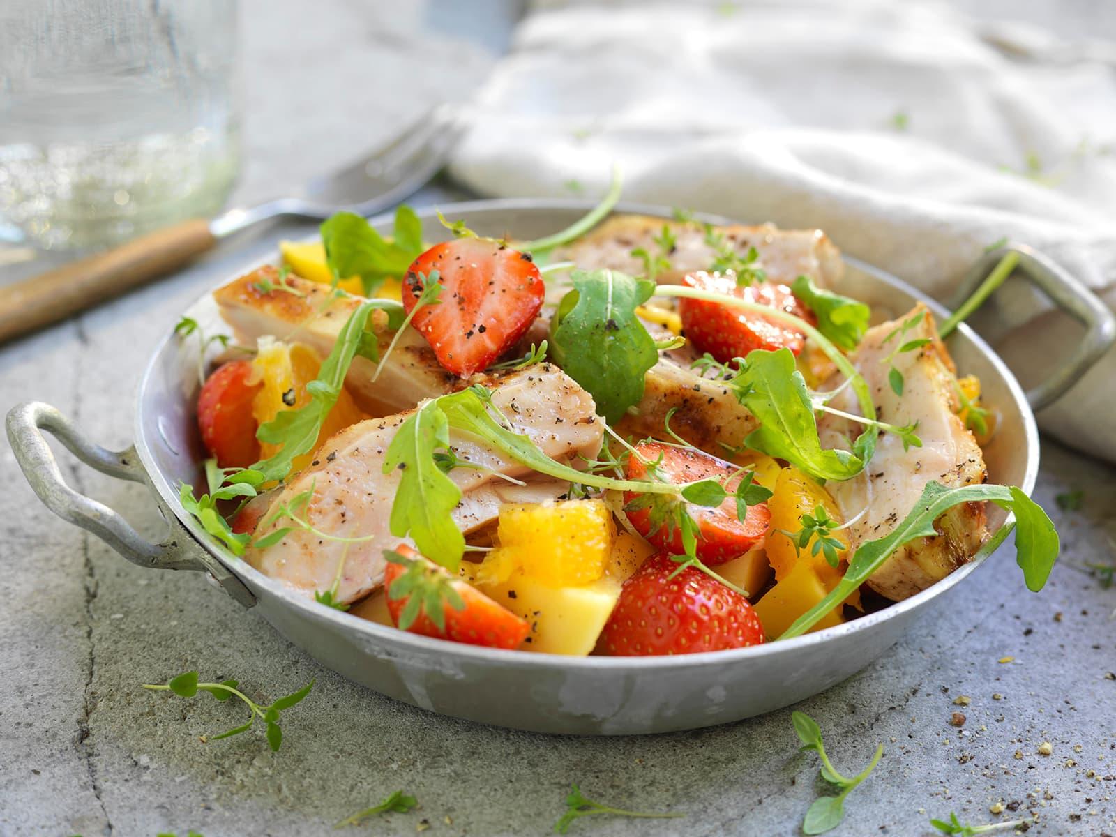 Kyllingsalat med jordbær, mango og appelsin