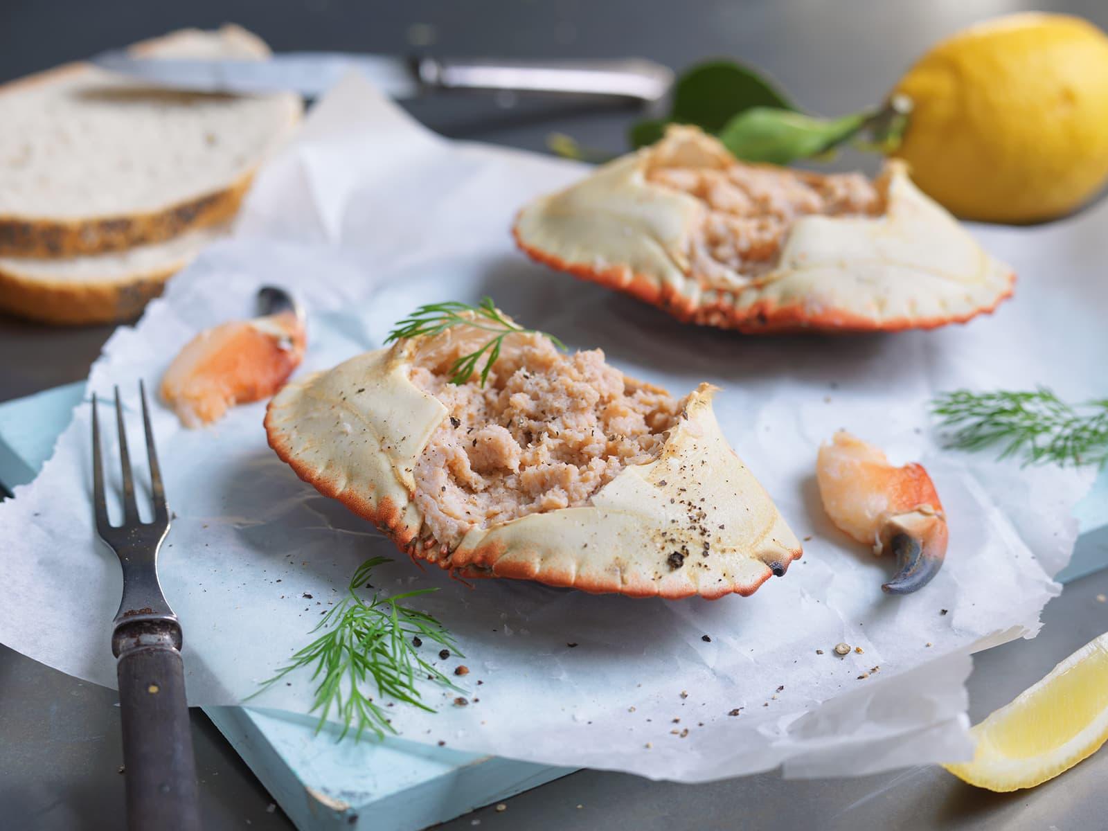 Fylte krabbeskjell med klassisk tilbehør