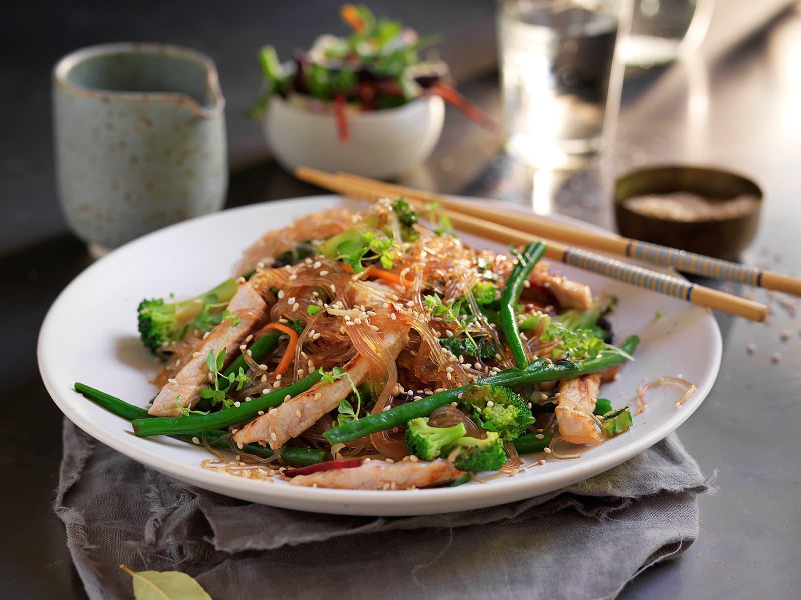 Wok med strimlet svinekjøtt og grønnkål