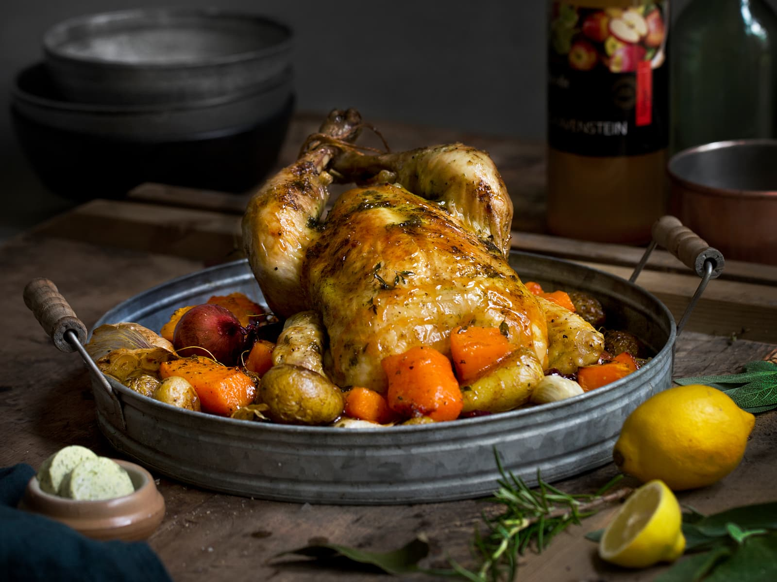 Helstekt kylling med urtesmør og ovnsbakte grønnsaker