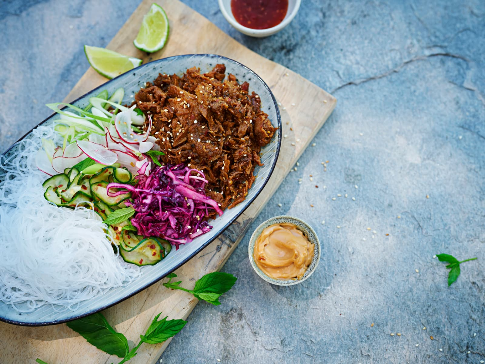 Asiatisk salat med glassnudler og pulled vegetar