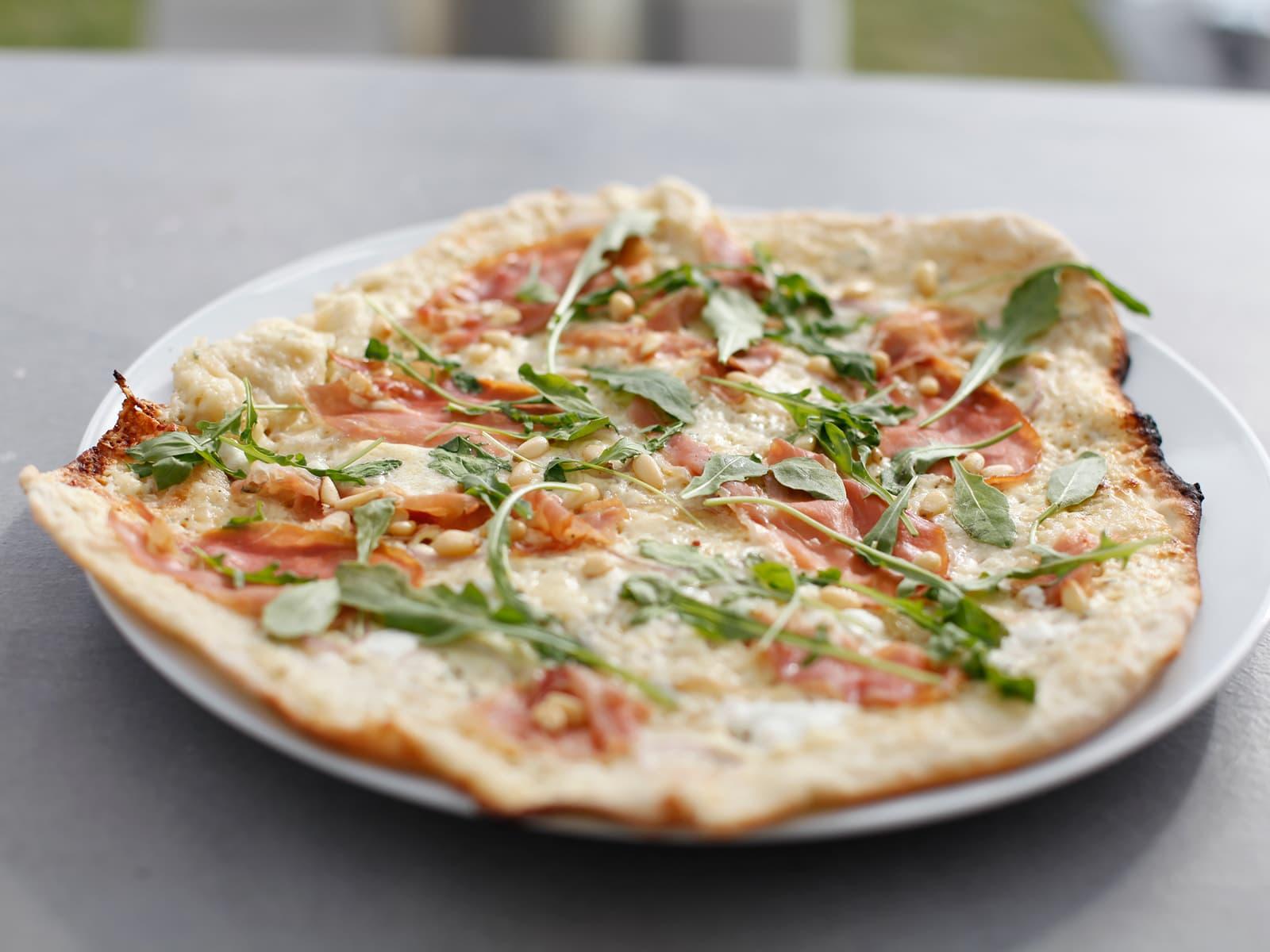 Pizza bianca med spekeskinke, chevre og pinjekjerner