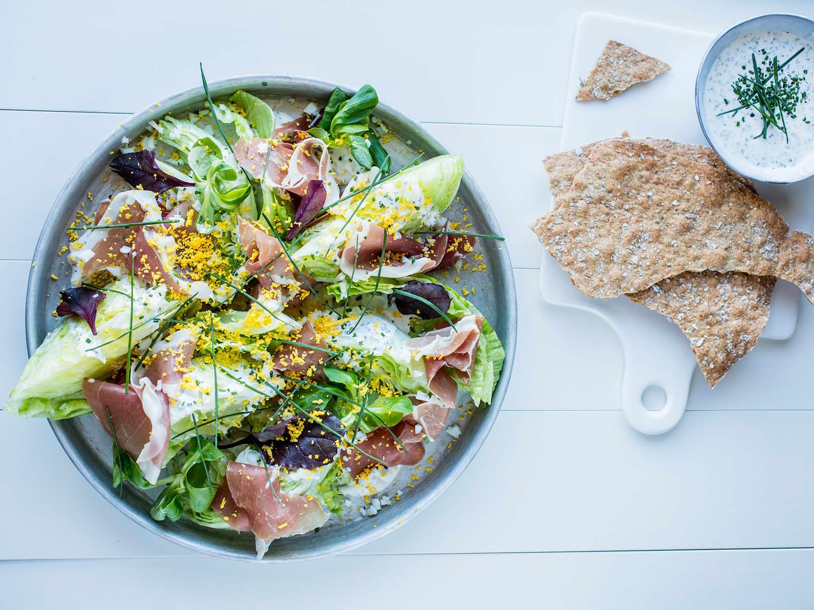 Sprø salat med spekeskinke og rømmedressing