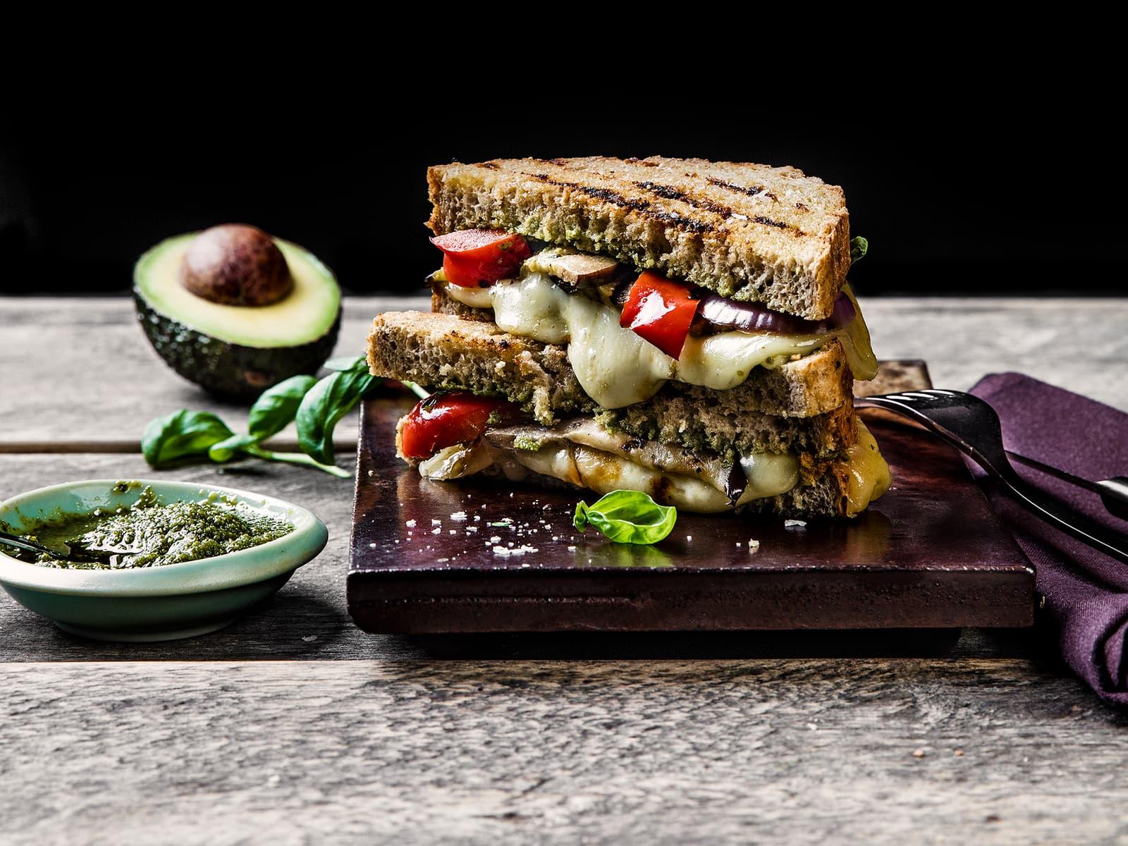 Ostesmørbrød med aubergine, pesto og avokado