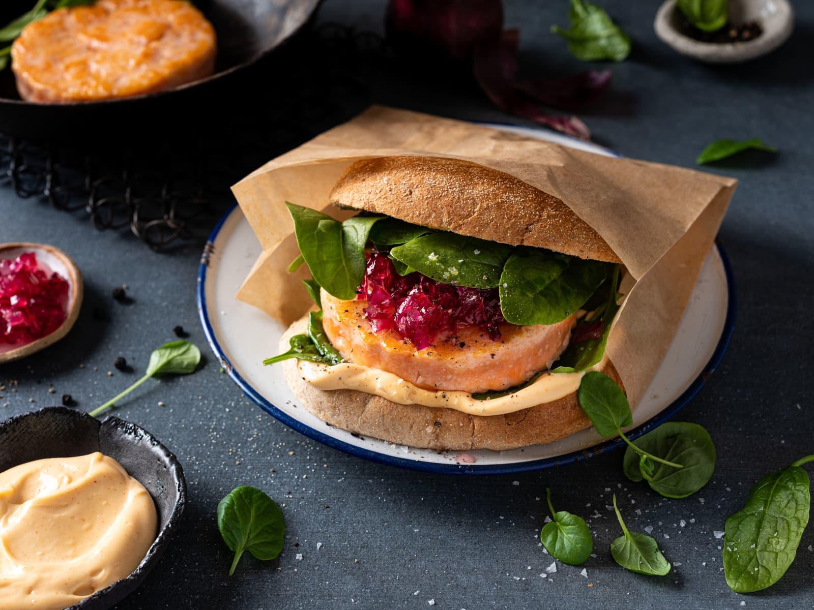 Lakseburger med syltet rødløk