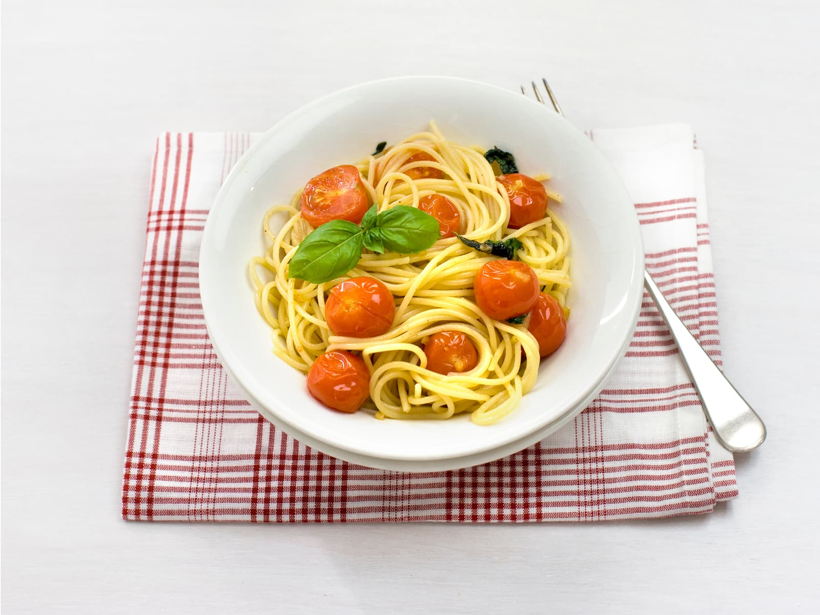 Pasta med basilikum og friske tomater