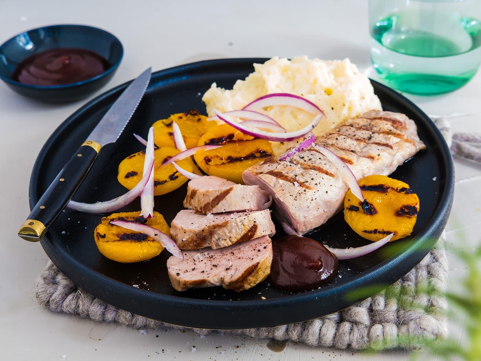 Grillet svinefilet med fersken, potetmos og BBQ saus